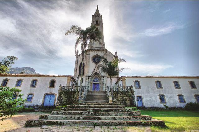 Com uma torre de 48 metros de altura, a Igreja Nossa Senhora Mãe dos Homens é uma das mais belas igrejas de Minas Gerais.