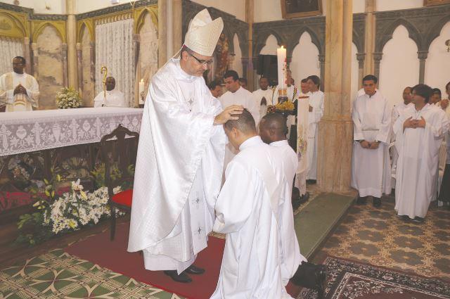Imposição das mãos do bispo e prece de ordenação, no silêncio do coração