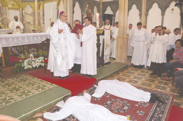 Momento da prostração: os eleitos deitam-se, sinal de sua total entrega a Deus