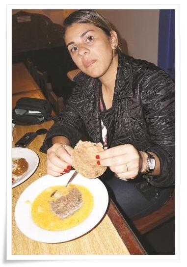 """Um dos """"pratos"""" mais apreciados foi o Ragu de Cordeiro, acompanhado com Pão Ázimo. O Ragu é um molho tradicional à base de carne cozida, muito usado na cozinha francesa e italiana. E, para dar mais identidade ao prato, foi elaborado com a carne do cordeiro. Já o Pão Ázimo (Matzá, em hebraico) até hoje é feito sem fermento, como os israelitas fizeram antes da fuga do Antigo Egito, por que não havia tempo de esperar até a massa fermentar."""