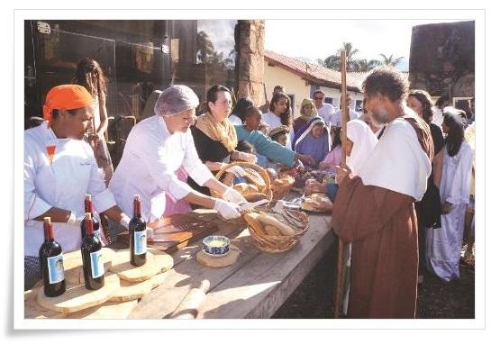 Momento da degustação dos pães, molhos e frutas; tudo acompanhado pelo vinho produzido na casa.