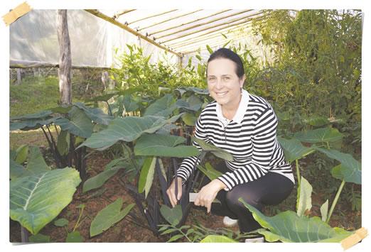 Vani Fonseca Pedrosa, (pesquisadora e supervisora de gastronomia no Santuário do Caraça) na estufa experimental,montada para receber cerca de 70 espécies de hortaliças.