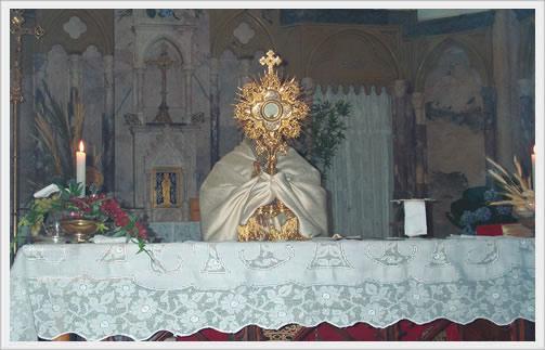 Terminada a Procissão, o Padre celebrante dá a bênção do Santíssimo  Sacramento aos que participaram da cerimônia.