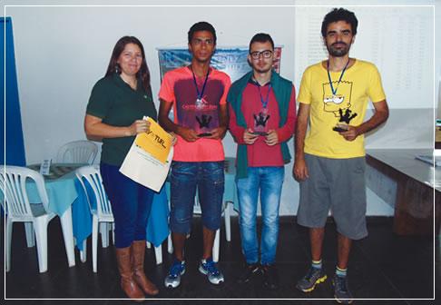 Júnia Ivo (Ivotur) na premiação do Torneio de Xadrez do Caraça. Ao seu lado, Maicon Ferreira (3º lugar), Samuel Jacob (2º lugar) e o MI Roberto Molina (1º lugar).