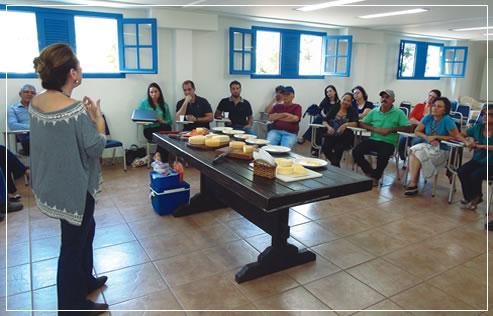 """Vani Pedrosa (apresentação dos produtores no Engenho) umas das idealizadoras do Projeto """"Primórdios da Cozinha Mineira"""", que tem a queijaria como o seu quinto pilar."""