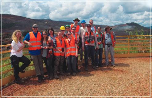 Grupo de geólogos (mestrandos) e orientadores do KIT, Alemanha, em visita à mina Brucutu. Crédito da fotografia: Cynara Pereira (VALE).