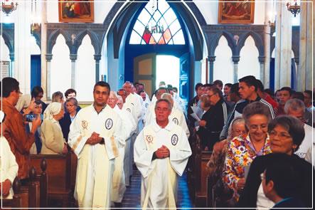 À esquerda, no início da fila, o Ecônomo Provincial, Pe. Emanoel Bertunes, que coordenou a assembleia civil da Província.